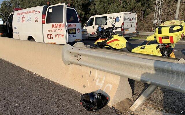 Des ambulances sur les lieux d'un accident de la route qui a coûté la vie à un motard, le 17 février 2020. (Autorisation : Magen David Adom)