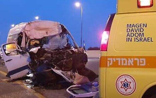 La scène d'un accident entre un minibus et un camion au carrefour de Qastina, près de Kiryat Malachi, le 19 février 2020 (Crédit : Magen David Adom)