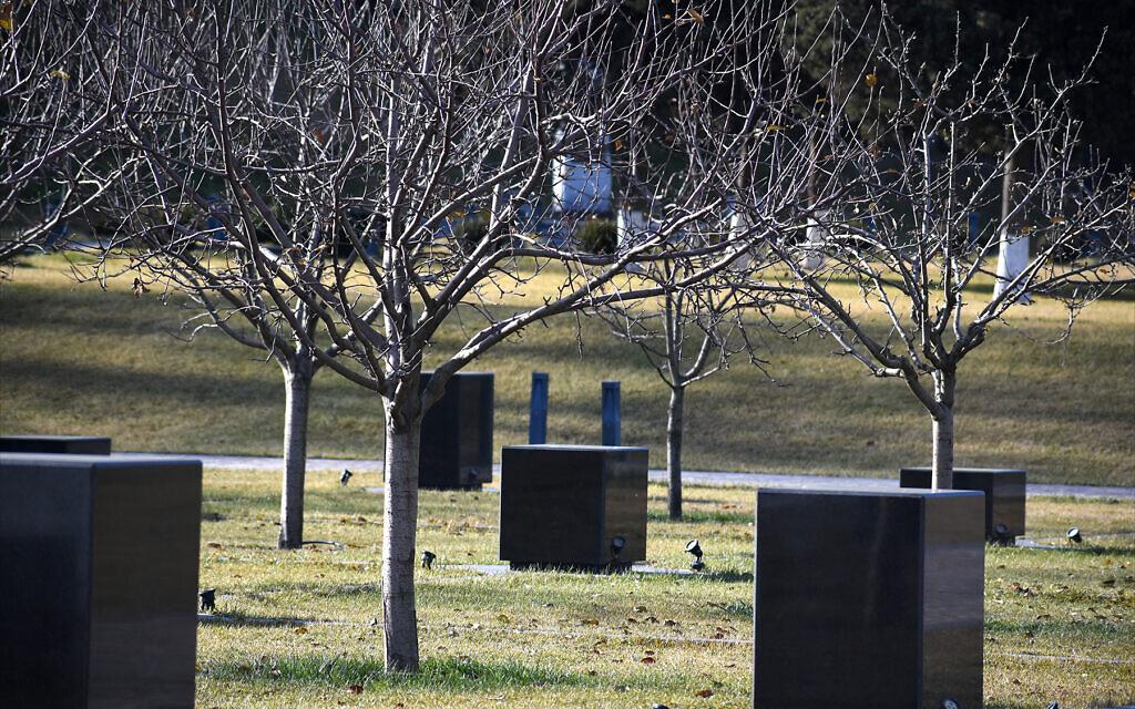 Les monolithes en granit noir symbolisent les hommes, les femmes et les enfants qui ont été massacrés en 1918 sur le site actuel du complexe commémoratif du génocide de Quba. (Larry Luxner/ Times of Israel)