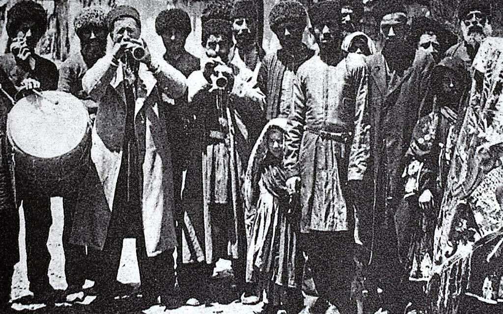 Photo historique des Juifs azerbaïdjanais des montagnes, vers 1915, au complexe commémoratif du génocide de Quba. (Larry Luxner/ Times of Israel)