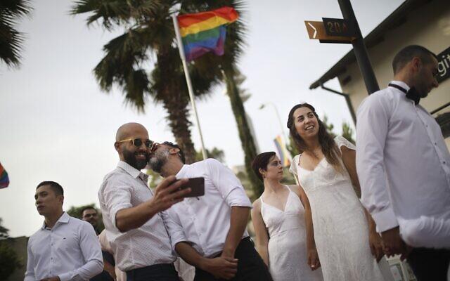Des couples gay se préparent pour un mariage à Tel Aviv, le 4 juin 2019 (Crédit : AP/Oded Balilty)