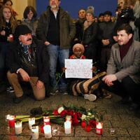 Veillée pour les victimes de la fusillade raciste de Hanau, devant la porte de Brandenburg à Berlin, le 20 février 2020 (Crédit : AP Photo/Markus Schreiber)