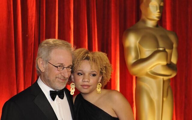 Steven Spielberg et sa fille Mikaela George Spielberg à la 81e cérémonie des Oscars, le 22 février 2009, à Los Angeles. (Crédit : AP Photo/Chris Carlson)