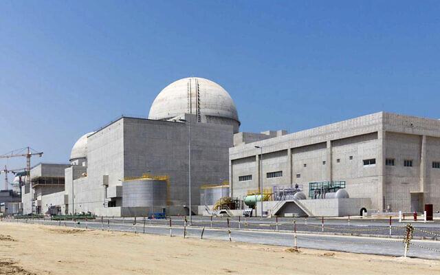 Photographie non-datée transmise par l'agence de presse d'Etat WAM des Emirats arabes unis, montrant l'usine nucléaire en construction de Barakah, qituée dans le désert et à l'ouest d'Abou Dhabi (Crédit : Arun Girija/WAM via AP, File)