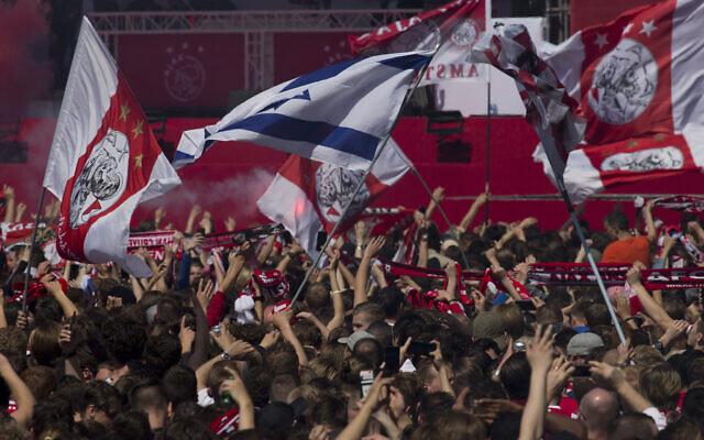 Les supporters de l'Ajax attendent que les joueurs arrivent avec le trophée lors de la célébration du titre de champion des Pays-Bas à Amsterdam, Pays-Bas, le jeudi 16 mai 2019. (Crédit : AP/Peter Dejong)