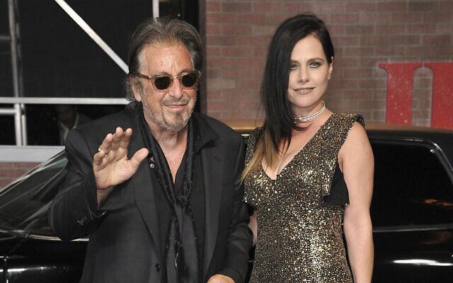 """Al Pacino, (à gauche), et Meital Dohan arrivent à la première de """"The Irishman"""" à Los Angeles, le 24 octobre 2019, au TCL Chinese Theatre. (Richard Shotwell/Invision/AP)"""