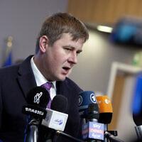 Le ministre des Affaires étrangères de la république tchèque Tomas Petricek parle aux médias lors de son arrivée pour une réunion des ministres des Affaires étrangères de l'UE à Bruxelles, le 20 janvier 2020 (Crédit : AP Photo/Virginia Mayo)