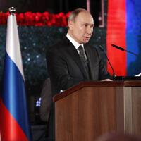 Le président russe Vladimir Poutine prononce un discours lors de l'inauguration du monument de  Jérusalem le 23 janvier 2020, en mémoire des habitants de Leningrad pendant le siège de la ville par les nazis pendant la Seconde Guerre mondiale. (Crédit : Emmanuel Dunad, Pool via AFP)