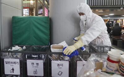 Un employé travaille pour prévenir la propagation d'un nouveau coronavirus à la station Suseo à Séoul, en Corée du Sud, le 24 janvier 2020. (Ahn Young-joon/AP)