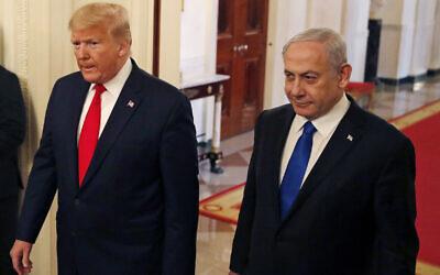 Le président américain Donald Trump (à gauche) et le Premier ministre israélien Benjamin Netanyahu arrivent pour la cérémonie de présentation de sa proposition de paix israélo-palestinienne, le 28 janvier 2020, à Washington, dans la salle Est de la Maison Blanche. (AP Photo/Alex Brandon)