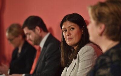 Les candidats à la direction du Parti travailliste britannique, avec en partant de la droite, Emily Thornberry, Lisa Nandy, Jim McMahon qui remplace le candidat Kier Starmer, et Rebecca Long-Bailey, lors de la course à la direction du Parti travailliste à Nottingham, en Angleterre, le samedi 8 février 2020. (Jacob King/PA via AP)