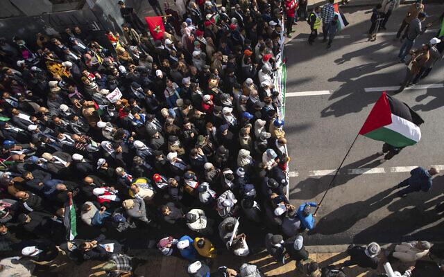 Des manifestants protestent à Rabat au Maroc, le dimanche 9 février 2020. Des milliers de Marocains ont participé à une marche pour rejeter le plan de paix de Trump et pour soutenir les Palestiniens. (Crédit : AP Photo/Mosa'ab Elshamy)