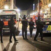 La police monte la garde sur les lieux d'une fusillade, à Hanau, en Allemagne, le 20 février 2020. (Crédit : AP Photo/Michael Probst)