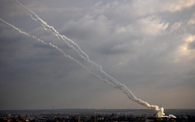 Des roquettes lancées par les terroristes palestiniens dans la bande de Gaza vers Israël, le 24 février 2020 (Crédit : AP Photo/Khalil Hamra)