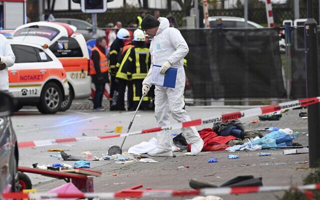 Des policiers et des secouristes se trouvent à côté de l'endroit où une voiture a foncé sur un défilé de carnaval à Volkmarsen, dans le centre de l'Allemagne, le 24 février 2020 (Uwe Zucchi/dpa via AP)