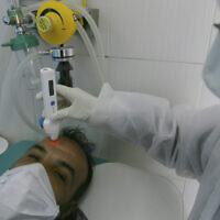 Un homme se fait tester pour le COVID-19 à Alger, Algérie, le 26 février 2020. (Crédit  : AP/Anis Belghoul)