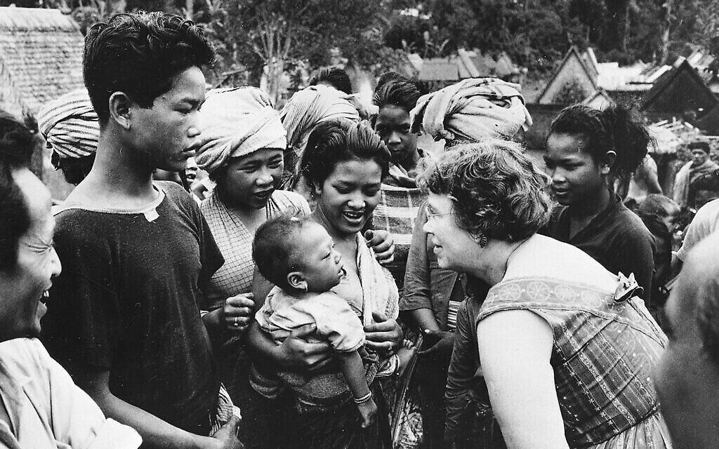 La docteure Margaret Mead, anthropologue, lors d'un voyage de terrain à Bali, en Indonésie, en 1957 (Crédit : AP Photo)