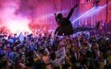 Des jeunes dansent lors d'un mariage à Salam City, une banlieue de la banlieue du Caire, sur une musique de Mahraganat, le 5 mars 2015. (Crédit : AP Photo/Mosa'ab Elshamy)