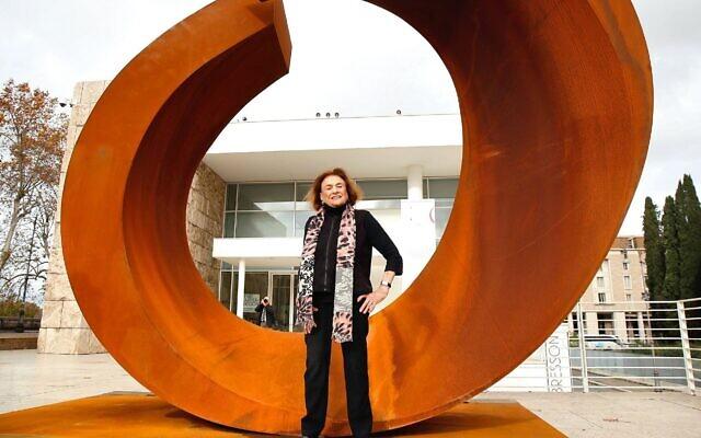 """La sculptrice américaine  Beverly Pepper avec une de ses créations lors d'une visite privée de son exposition """"Beverly Pepper At Ara Pacis"""" au musée Ara Pacis de Rome, le 3 décembre 2014. (Crédit : Elisabetta A. Villa/Getty Images/JTA)"""