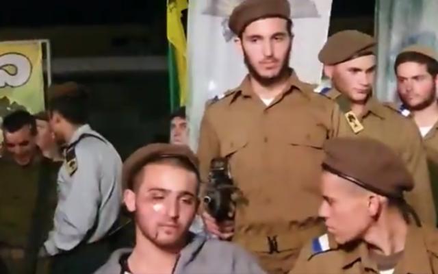 Une des 12 nouvelles recrues blessées lors de l'attentat à la voiture-bélier à Jérusalem mercredi 5 février 2020, assiste à la cérémonie de prestation de serment militaire sur une base de Golani, le 6 février 2020. (Crédit : capture d'écran Twitter)