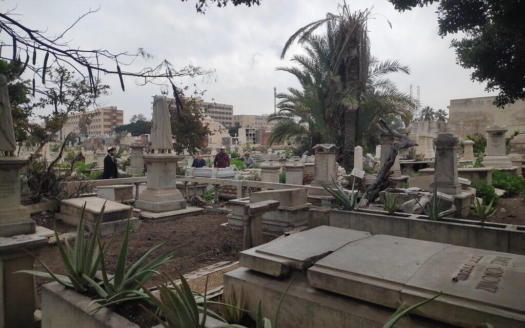 Des membres de la diaspora juive égyptienne visitent les tombes de leurs aïeux au cimetière Chatby, à Alexandrie (Crédit : David Lisbona)