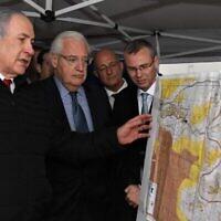 Le Premier ministre Benjamin Netanyahu (G) et l'ambassadeur américain en Israël David Friedman (2e G) dans l'implantation d'Ariel, au nord de la Cisjordanie, le 24 février 2020. (Crédit : David Azagury/ Ambassade des États-Unis à Jérusalem)
