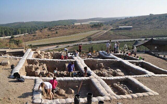 Des archéologues fouillant les vestiges de la cité biblique de Lachish, où une inscription en alphabet cananéen datant du 12e siècle avant l'ère commune a été retrouvée en 2014. (Autorisation de Yossi Garfinkel, Université hébraïque)