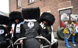 Des participants du carnaval d'Alost portant des costumes associant des vêtements juifs ultra-orthodoxes à des pattes de fourmis lors de l'événement à Alost, en Belgique, le 23 février 2020. (Cnaan Liphshiz)