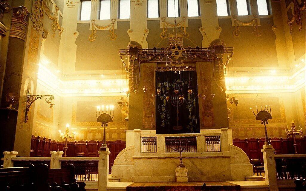 L'intérieur de la synagogue Shaar Hashamayim du Caire, connue également sous le nom de synagogue de la rue Adly - le plus grand lieu de culte juif d'Egypte (Crédit : Larry Luxner/ Times of Israel)
