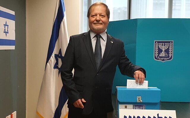 Itzhak Gerberg, l'ambassadeur israélien en Nouvelle-Zélande, place son bulletin dans l'urne à Wellington, le 19 février 2020 (Crédit : Ministère israélien des Affaires étrangères)