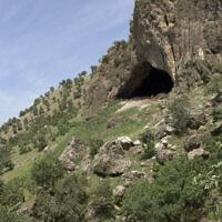 L'extérieur de la grotte de Shanidar, dans le nord de l'Irak, en 2005 (Crédit : CC BY JosephV/Wikimedia Commons)