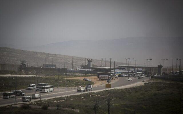 Le point de passage de Qalandiya près de la zone industrielle d'Atarot, entre Jérusalem-Est et la Cisjordanie, vu le 7 avril 2015. (Hadas Parush/Flash90)