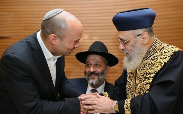 Naftali Bennett (g) et Aryeh Deri (c) avec le grand-rabbin Yitzhak Yosef (d), avant le mariage de la fille de Yosef, le 2 juin 2016. (Crédit : Yaakov Cohen/Flash90)