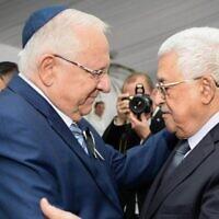 Le président Reuven Rivlin, (à gauche), et le président de l'Autorité palestinienne Mahmoud Abbas pendant les funérailles d'état du défunt 9e président Shimon Peres, au cimetière du mont Herzl, à Jérusalem, le 30 septembre 2016. (Crédit : Mark Neyman/GPO)