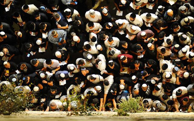 Des milliers de personnes prient pour le pardon (Selichot), au mur Occidental dans la Vieille Ville de Jérusalem, le 27 septembre 2019. (Crédit : Mendy Hechtman/Flash90)