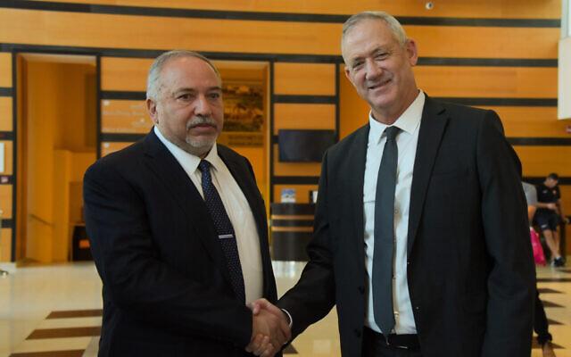 Le président du parti Kakhol lavan, le député Benny Gantz, (à droite) et le président du parti Yisrael Beytenu Avigdor Liberman font une déclaration commune aux médias après une réunion pour les négociations de coalition à l'hôtel Kfar Maccabia à Ramat Gan, le 14 novembre 2019. (Avshalom Sassoni/Flash90)
