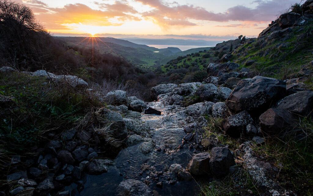 Vue du coucher de soleil à Ein Pik sur le Kinneret, la mer de Galilée, sur les hauteurs du Golan, le 22 janvier 2020. (Maor Kinsbursky/Flash90)