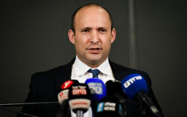Le ministre de la Défense Naftali Bennett fait une déclaration aux médias dans l'implantation d'Ariel en Cisjordanie, le 26 janvier 2020. (Sraya Diamant/Flash90)