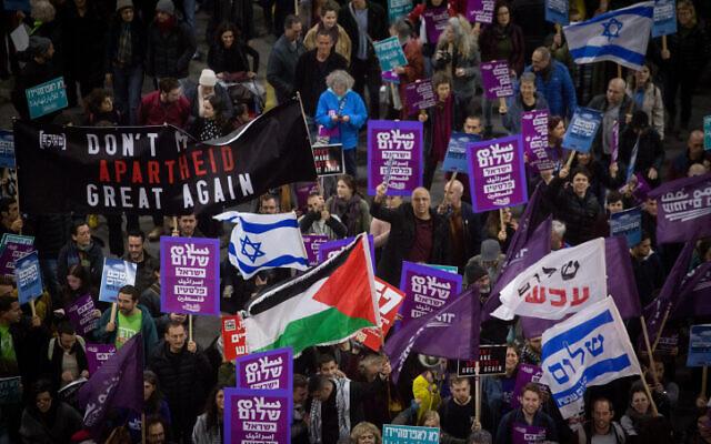 Des activistes de gauche manifestent contre le plan de paix américain à Tel Aviv, le 1er février 2020 (Crédit : Miriam Alster/Flash90)