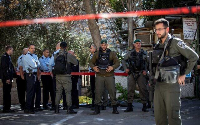 La police sur les lieux d'une attaque au couteau près de la porte de Lions dans la Vieille ville de Jérusalem (Crédit : Olivier Fitoussi/Flash90)