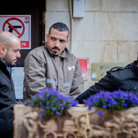 Sanad Al-Turman, suspect de l'attaque à la voiture-bélier commise à Jérusalem le 6 février 2020, est transféré de la prison au tribunal de Jérusalem, le 7 février 2020. (Crédit : Yonatan Sindel/Flash90)