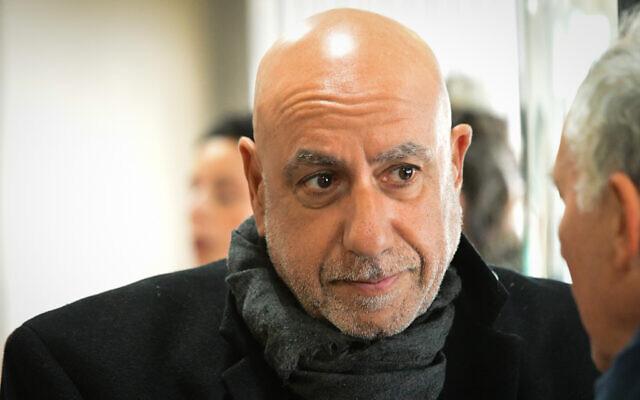 L'ancien chef de la police du district de Jérusalem, Nissan Shaham, arrive au tribunal de Tel-Aviv pour son audience de condamnation, le 10 février 2020 (Crédit : Avshalom Sassoni/Flash90)