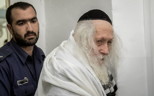 Le rabbin Eliezer Berland arrive pour une audience au tribunal de première instance de Jérusalem, le 13 février 2020. (Yonatan Sindel/Flash90)
