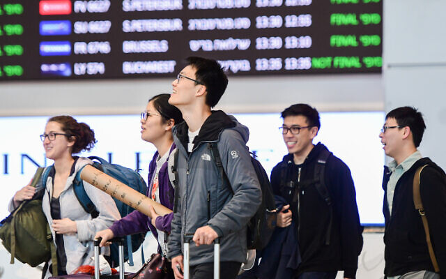 Des voyageurs à l'aéroport Ben-Gurion, le 17 février 2020 (Crédit :Avshalom Shoshani/Flash90)
