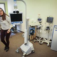 La docteure Galia Barkai à un hôtel transformé en zone de quarantaine du centre médical Sheba de Ramat Gan, le 17 février 2020 (Crédit : Flash90)