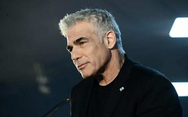 Yair Lapid, du parti Kakhol lavan, devant ses partisans à Tel Aviv, à l'approche des élections générales israéliennes, le 20 février 2020. (Tomer Neuberg/FLASH90)