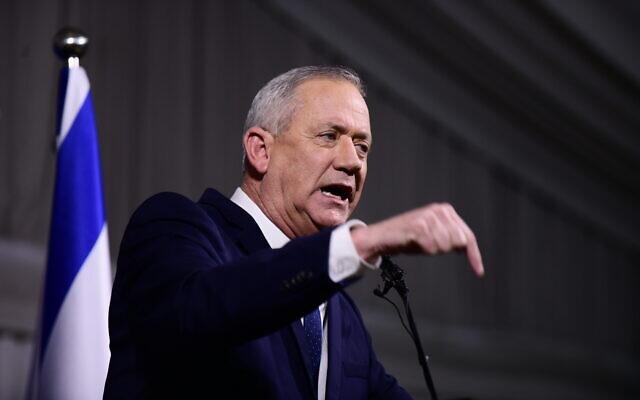Le chef du parti Kakhol lavan, Benny Gantz, lors d'une conférence de presse à l'hôtel Kfar Maccabiah, à Ramat Gan, le 26 février 2020. (Crédit : Tomer Neuberg/Flash90)