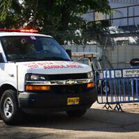 Un Israélien rentré d'Italie et testé positif au coronavirus arrive à l'hôpital Tel HaShomer, transformé pour recevoir les patients atteints de coronavirus, le 27 février 2020. (Crédit : Flash90)