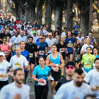Des coureurs participent à un marathon dans la ville côtière israélienne de Tel Aviv le 28 février 2020 (Avshalom Sassoni/Flash90)