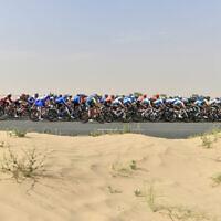 Le peloton lors de la première étape du UAE Tour, à Dubaï, le 23 février 2020. (Crédit : theuaetour.com / LaPresse / Fabio Ferrari)